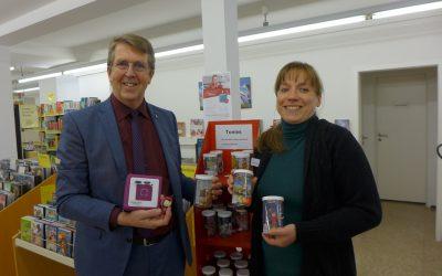 Bürgermeister Klaus Ritter und Sabrina Liebau stellten Tonies und Tonibox in der Stadtbücherei Traunreut vor